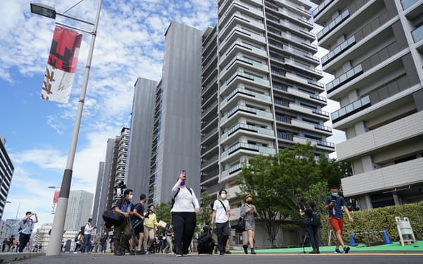 報道陣に公開された東京五輪・パラリンピックの選手村(20日、東京都中央区)