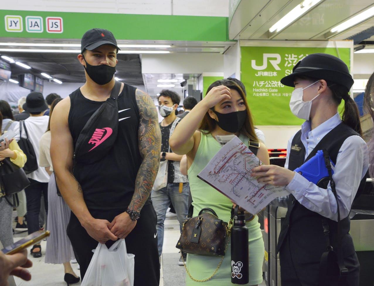JR渋谷駅で利用客に対応する駅員(20日午後)=共同