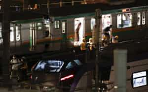JR代々木駅と新宿駅間で停止した湘南新宿ラインから降車する人たち(20日夜)=共同