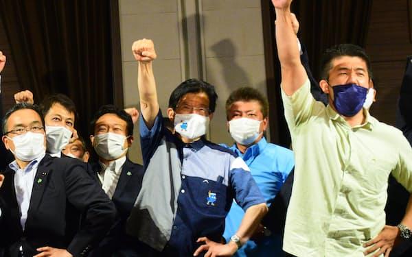 静岡県知事選で4選を確実にした川勝平太氏(中央)=20日、静岡市内