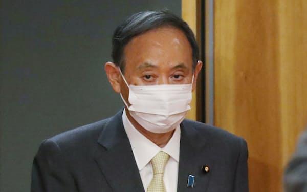 閣議に臨む菅首相(18日午前、首相官邸)