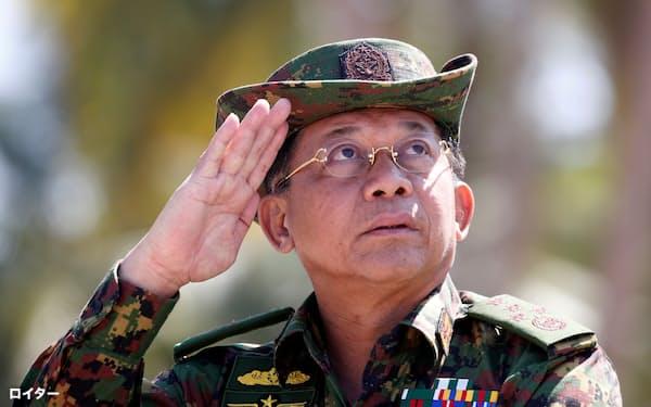 2018年、軍の訓練で敬礼するミン・アウン・フライン国軍総司令官=ロイター