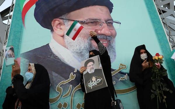 19日、ライシ師の当選を喜ぶ支持者ら(テヘラン)=ロイター