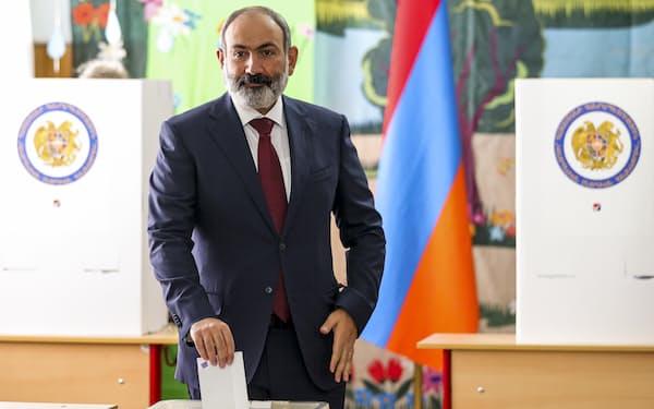 20日、エレバン市内で投票するパシニャン首相代行=AP