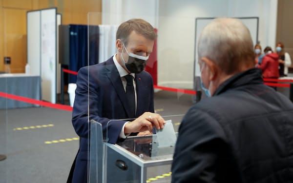 20日、仏統一地方選投開票があった(マクロン大統領の投票)=ロイター