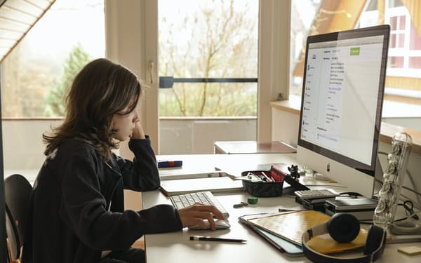 オンライン学習のコンテンツを提供し、通信環境も整備する(写真は海外のオンライン指導)