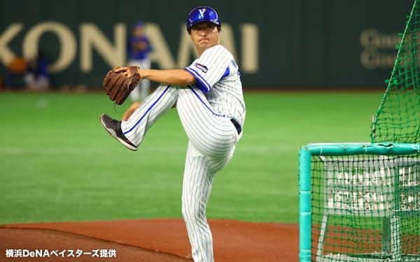 試合前の打撃練習でボールを投げる三橋=球団提供