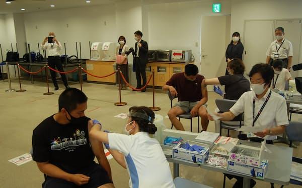 ワクチン接種を受ける東京国際大の学生ら(21日、埼玉県川越市の同大学第1キャンパス)