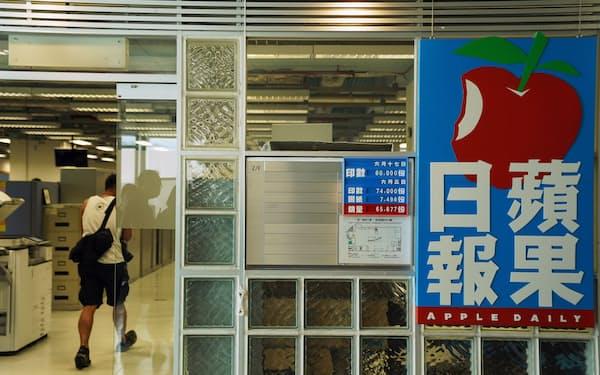 香港紙アップル・デイリーの経営が厳しさを増している=ロイター