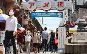 緊急事態宣言が解除され、にぎわう東京・上野のアメ横商店街(21日午後)=石井理恵撮影