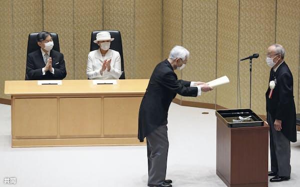 日本学士院賞の授賞式に出席し、受賞者に拍手を送る天皇、皇后両陛下(21日午前、東京・上野の日本学士院会館)=代表撮影