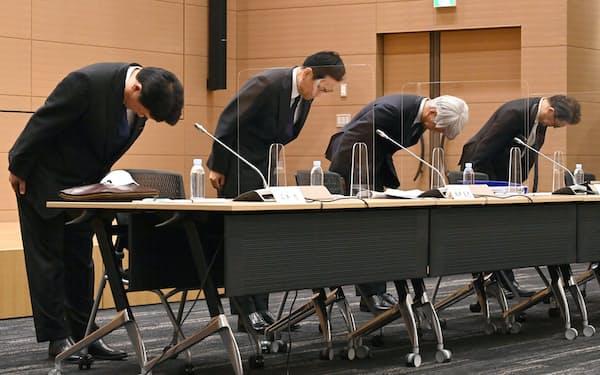 一連のシステム障害について謝罪するみずほFGの坂井辰史社長(左から2人目)とみずほ銀行の藤原弘治頭取(同3人目)ら(15日午後、東京・丸の内)