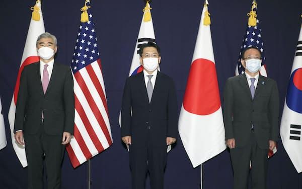 21日、ソウルで協議に臨む日米韓の北朝鮮担当高官=聯合・共同