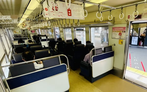 福岡県内を走る811系のクロスシートをロングシートに転換する