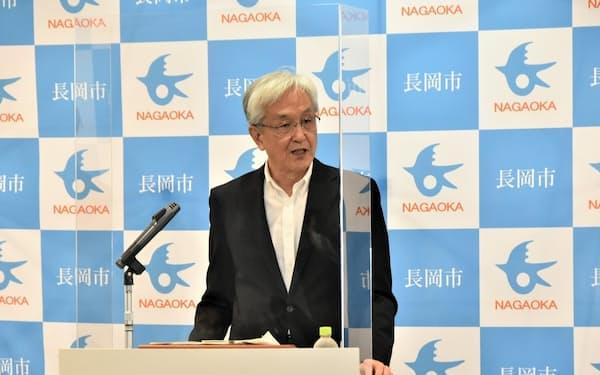 記者会見する磯田市長(21日、長岡市役所)