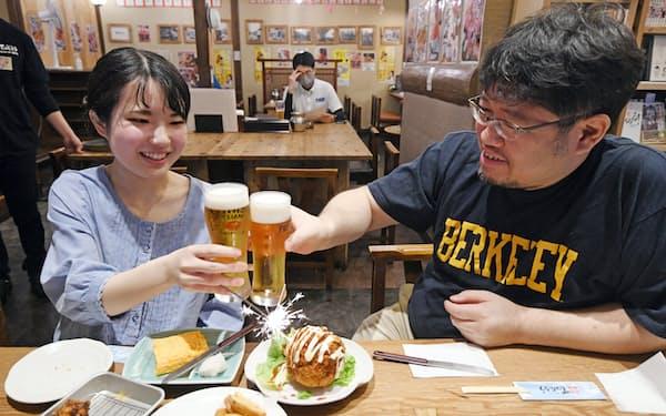 酒類の提供を再開した店でビールを楽しむ常連客(21日午後、大阪市北区の「てつたろう梅田中崎町店」)=目良友樹撮影