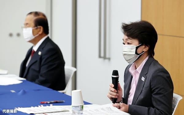 5者協議の後、記者会見する組織委の橋本聖子会長(右)と武藤敏郎事務総長(21日、東京都中央区)=代表撮影
