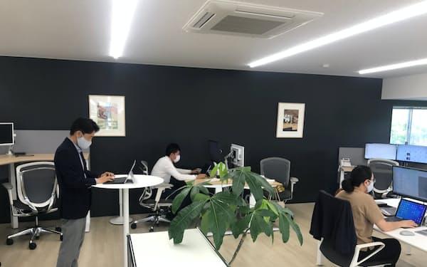 さまざまな机や椅子を配置した営業拠点(金沢市)