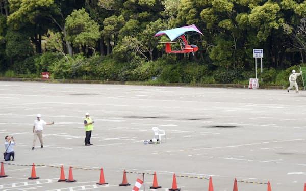 横浜市の物流施設計画地から東京湾上空を横断し、千葉市美浜区の稲毛海浜公園に着陸するドローン=21日午前(共同)