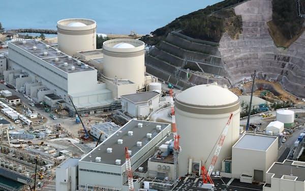 関西電力の美浜原子力発電所。左奥から1号機、2号機、3号機(福井県美浜町)
