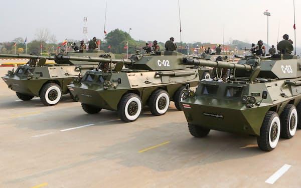 3月、国軍記念日の軍事パレードに参加するミャンマー国軍の装甲車=ロイター