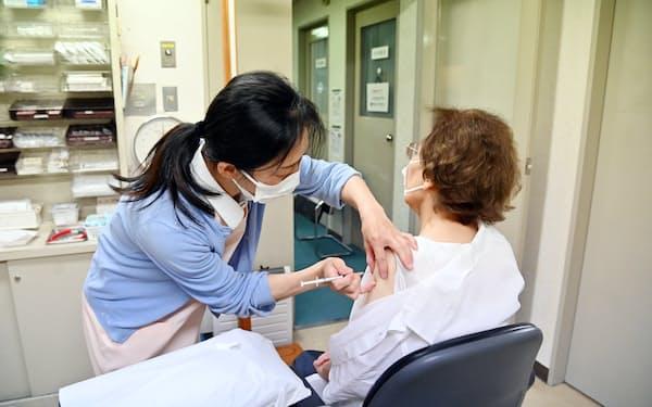 診療所で新型コロナワクチンの接種を受ける高齢者(大阪市)