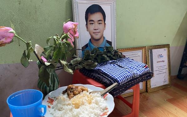 ヤンゴンで爆発に巻き込まれ死亡したゾー・ウィン・アウンさん(当時19)の自宅に飾られた遺影
