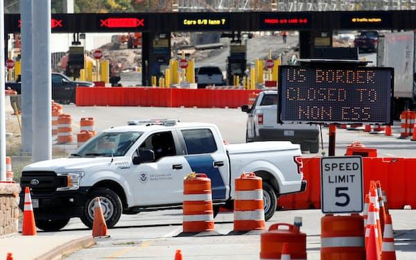 米国とカナダ・メキシコの国境閉鎖は続いている(写真は2020年9月、カナダ・オンタリオ州)=ロイター