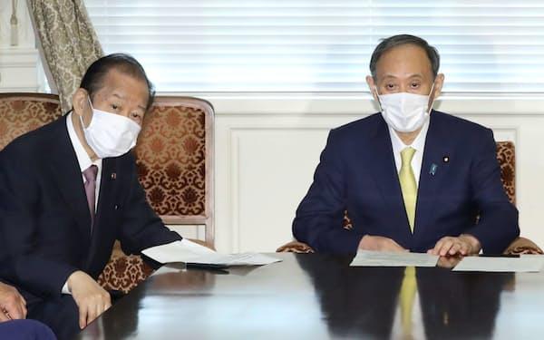 自民党役員会に臨む菅首相と二階幹事長㊧(7日、国会内)