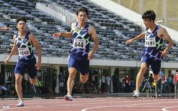 陸上の布勢スプリント男子100メートル決勝で9秒95の日本新をマークして優勝した山県。右は10秒01で2位多田、左は10秒13で3位の小池=共同