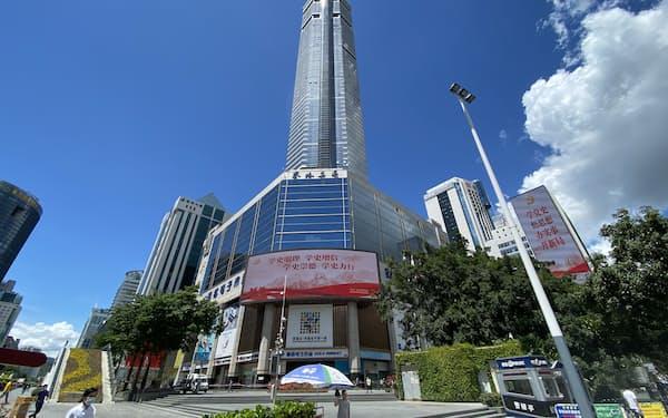 原因不明の揺れで立ち入り禁止となった賽格広場(5月下旬、広東省深圳市)