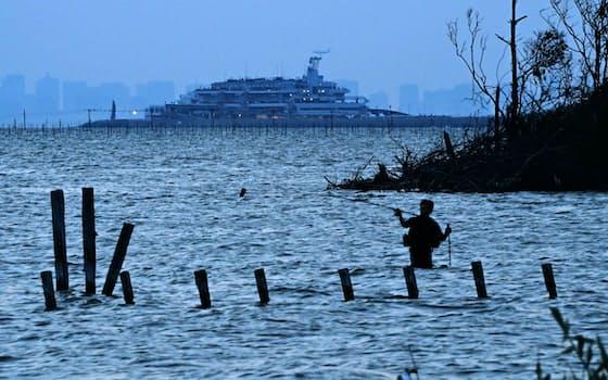 日が暮れた木更津の海。誠は波間に遠ざかっていく張り子の鉛筆を見送った