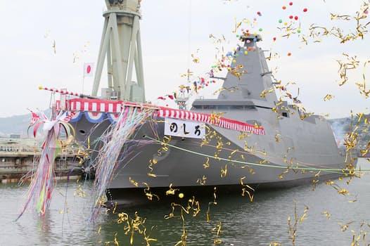 三菱重工業長崎造船所で開かれた、海上自衛隊の新型護衛艦「のしろ」の命名・進水式(22日、長崎市)=共同