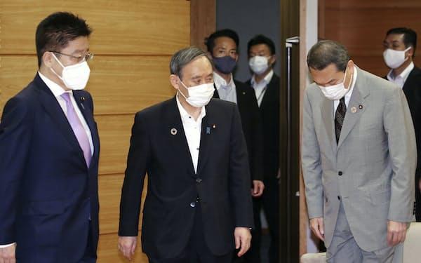 閣議に臨む(左から)加藤勝信官房長官、菅首相、小此木国家公安委員長=22日午前、首相官邸