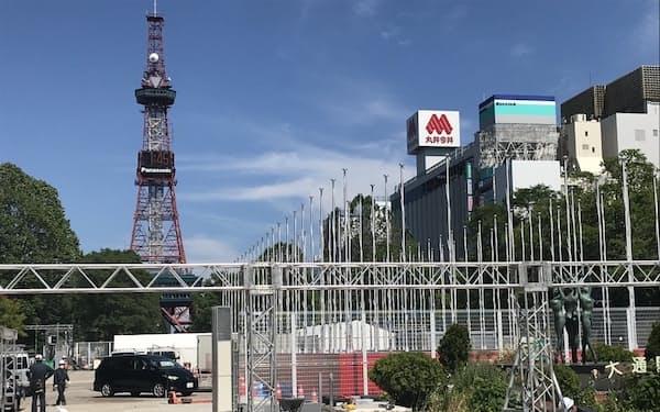 マラソンのスタートやゴール地点となる札幌市中心部の大通公園では会場設営が進む(22日)