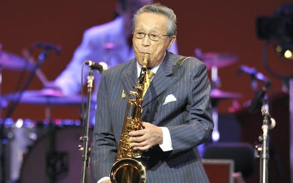 サックスを演奏する原信夫さん(2010年6月、東京国際フォーラム)=共同