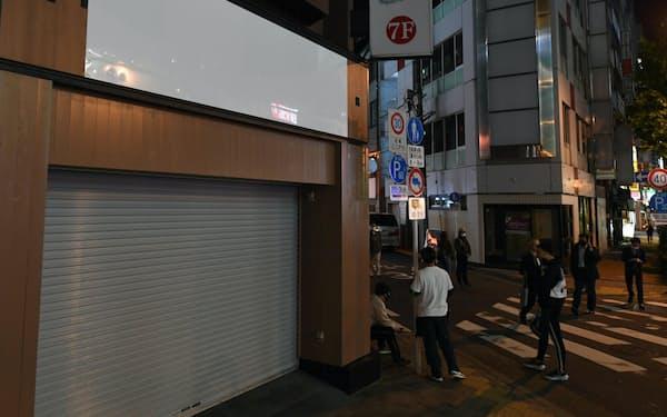 シャッターが降り、看板に表記のないビルも散見される飲食店街(6日、東京都千代田区)