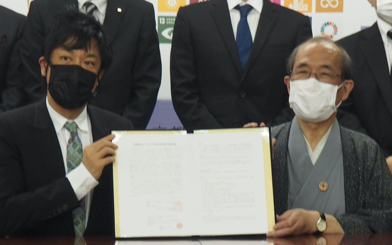 京都市と協定を結んだチームラボの猪子寿之代表㊧(22日、京都市)