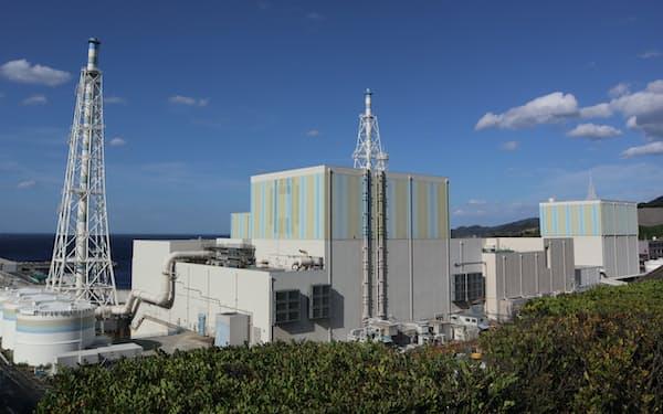中国電力の島根原子力発電所(手前が2号機)=中国電力提供