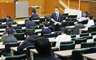 大学入学共通テスト第2日程の英語リスニングの開始を待つ受験生たち=30日午後、東京都文京区の東京大(代表撮影)