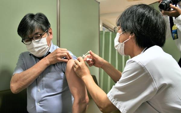 山梨大学で職場接種が始まった(22日、甲府市の山梨大学)