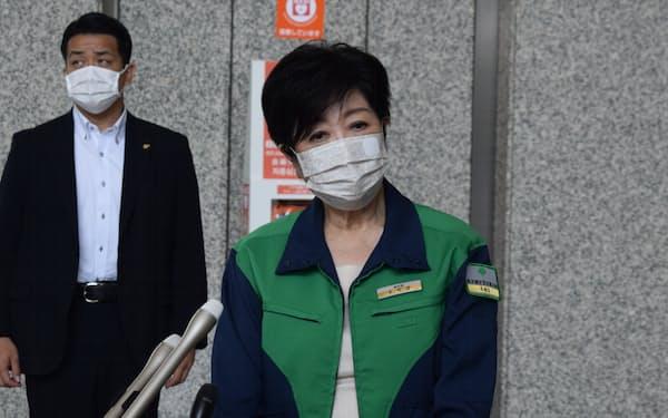 記者団の取材に応じる小池都知事(22日午前、東京都庁)