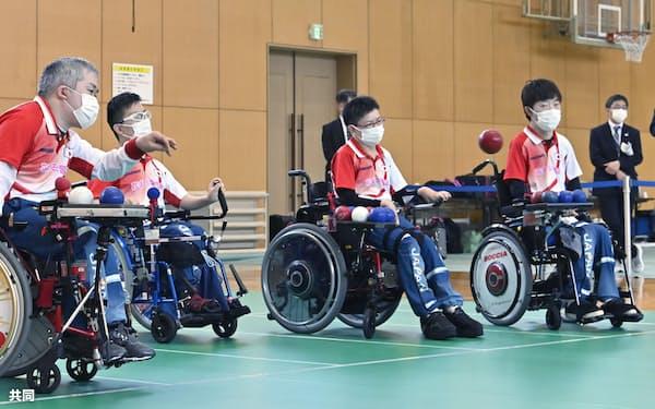 JR東日本から提供された福島県白河市内の体育館で合宿するボッチャ日本代表の広瀬隆喜㊧ら=共同