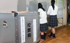 選挙権年齢が下がって初の参院選で期日前投票する高校生(2016年6月、千葉県富里市)