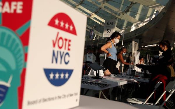 ニューヨーク市長選の予備選で投票を待つ人=ロイター