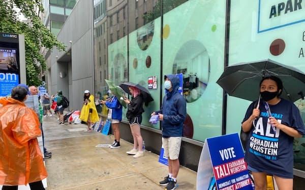 ニューヨーク市長選の予備選で投票を呼びかける候補者の支持者(22日午後、同市内)