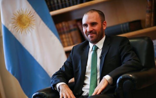 アルゼンチンのグスマン経済相(2020年12月、ブエノスアイレス)=ロイター