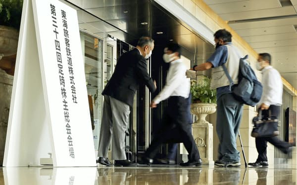 JR東海の株主総会会場に入る人たち(23日午前9時43分、名古屋市中村区で)=代表撮影
