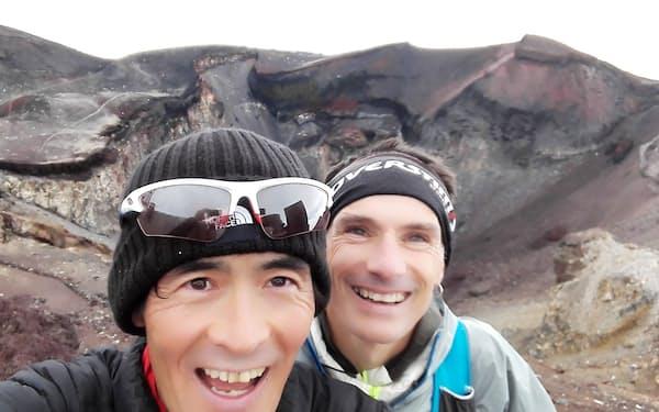 一緒にトレーニングした友人のフランス人ランナー㊨と富士山頂で
