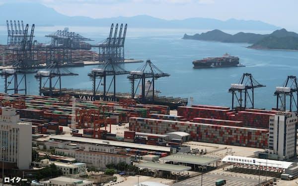 広東省深圳市にある塩田港では新型コロナウイルス感染例が報告され、港湾の混雑が激化している(写真は20年10月)=ロイター